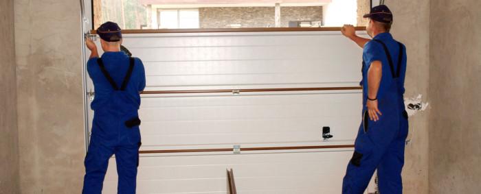 Christophe construit sa maison. Quels sont les choix pour la porte de son garage ?