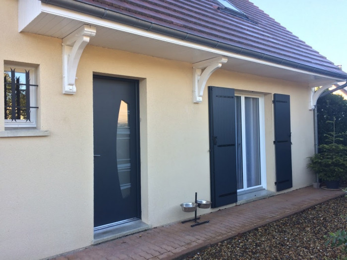 Pose d'une porte, de volets battants et de fenêtres