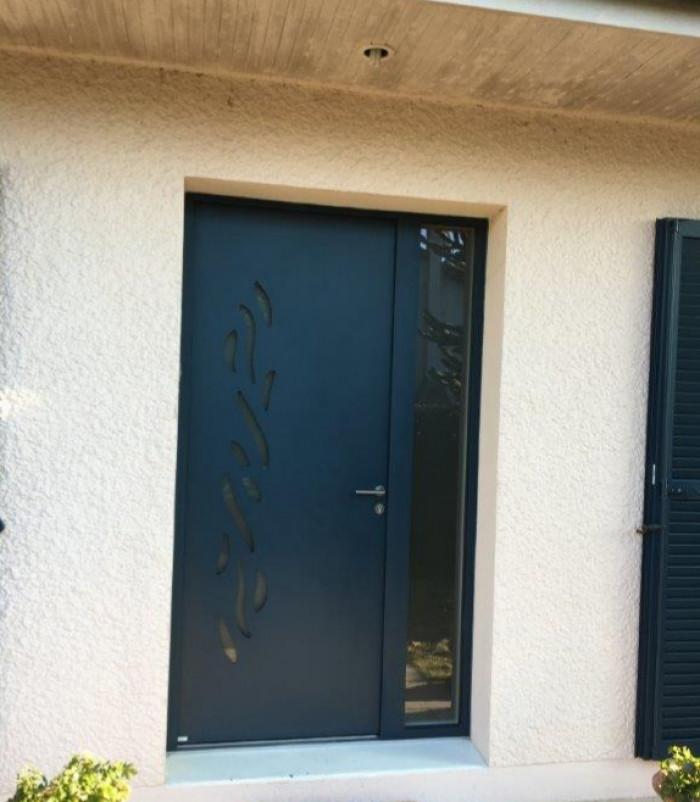 Pose d'une porte d'entrée aluminium à Saint Germain en Laye (78)