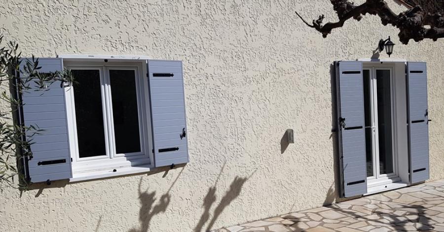 Pose de volets battants en aluminium par AZUR WINDOW Lorenove Trets