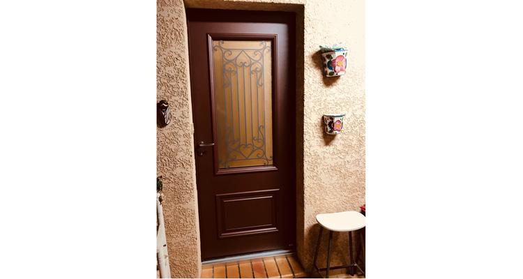 Pose d'une magnifique porte d'entrée