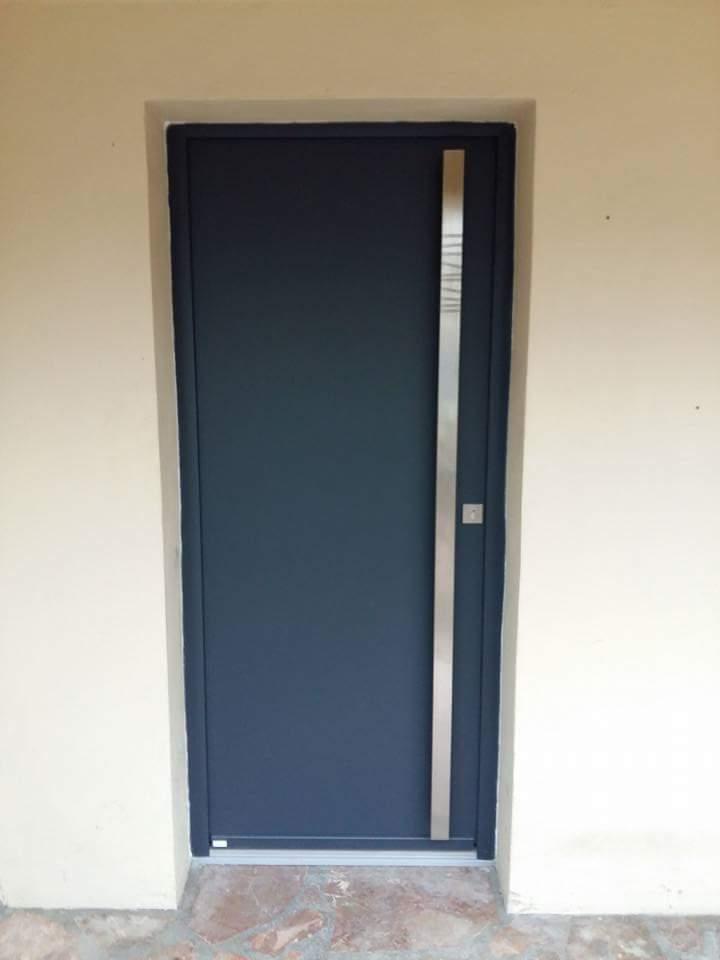 Installation d'une porte d'entrée en aluminiu...
