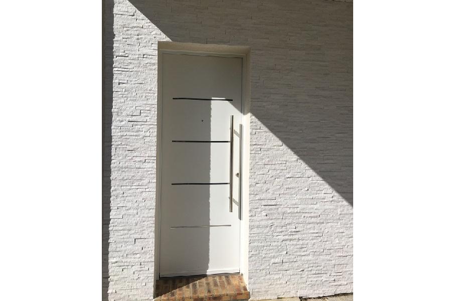 Pose d'une porte d'entrée en aluminium à Pont...