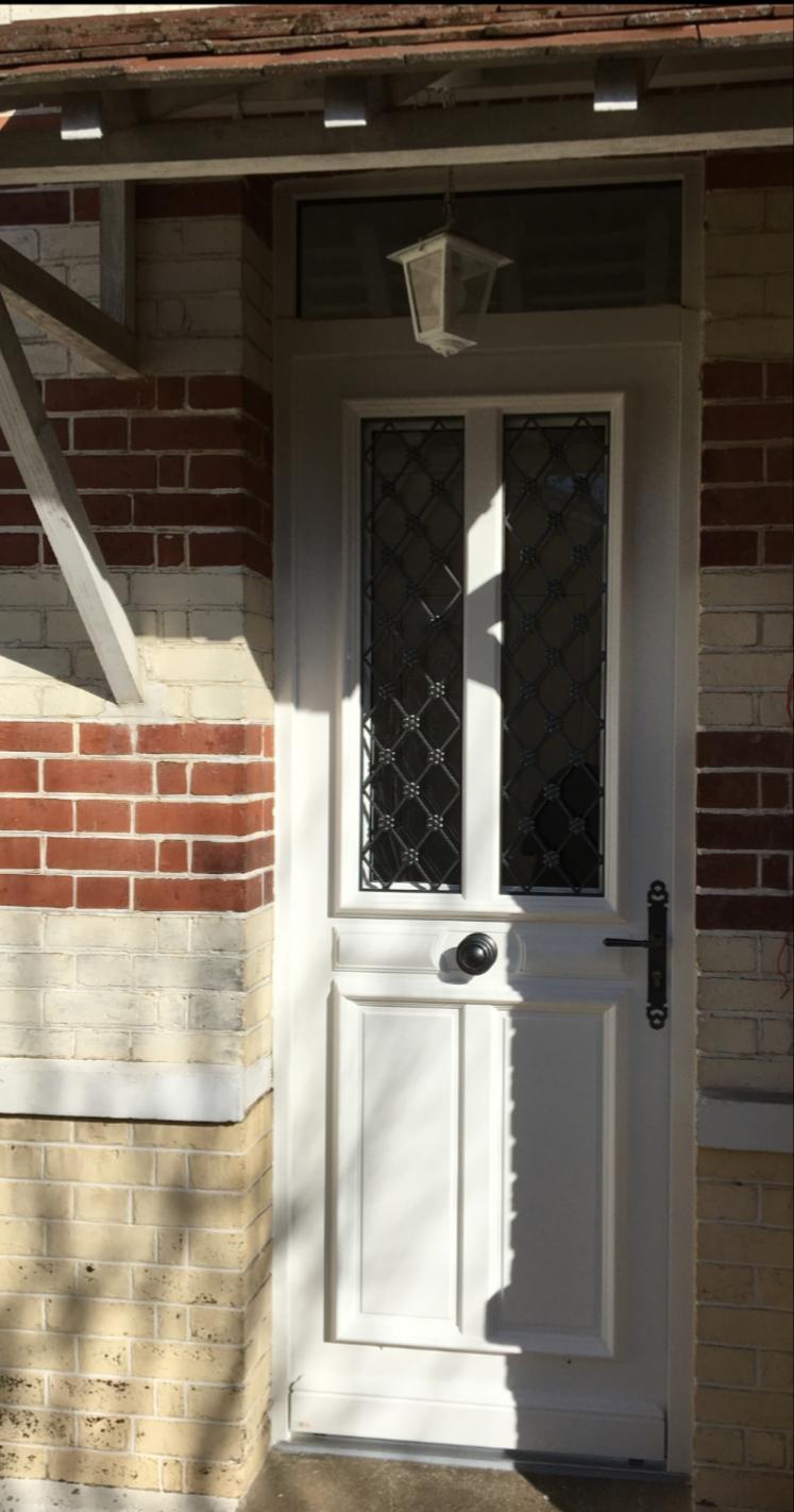 Pose de porte d'entrée en bois à Orgeval (78)