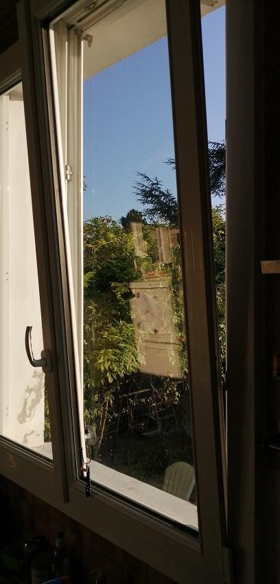 Pose d'une fenêtre oscillo-battante à Montreu...